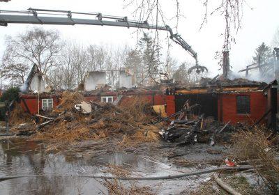 Stråtækt ejendom raseret af voldsom brand