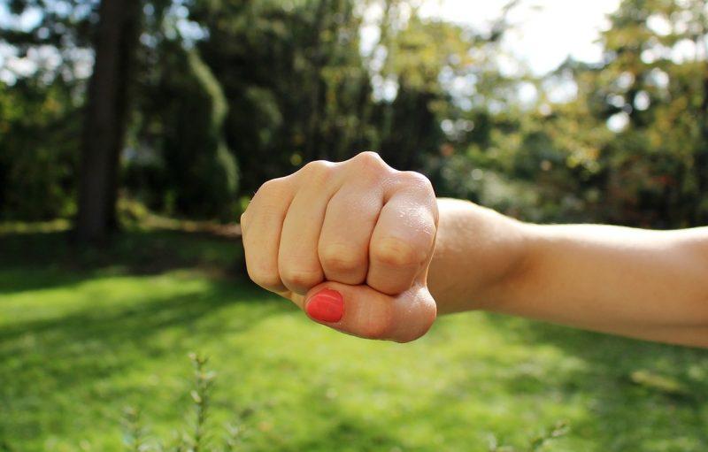 vold mod to unge piger