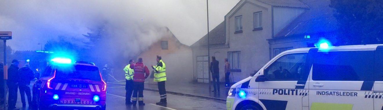 Mand død efter brand i hus i Kirke Stillinge.