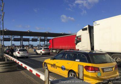 Ulykke med væltet lastbiltrailer på Storebæltsbroen.
