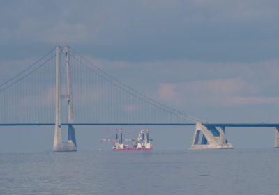 Specialfartøj sejler under Storebæltsbroen