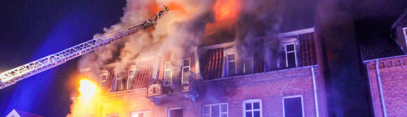 Beboere reddet ud med stiger under voldsom brand i etageejendom i Slagelse