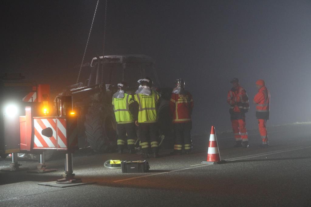 Udbrændt traktor måtte fjernes på blokvogn.